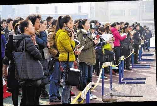北京电影学院表演学院的考生紧张地查看成绩