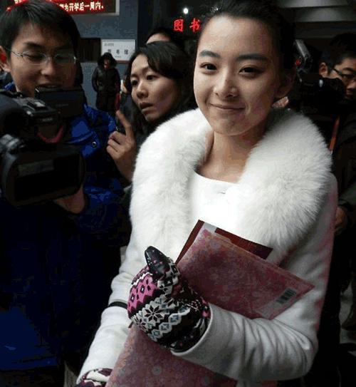 从四川泸州来北京参加北京电影学院艺术考试的刘芷微在网上火了