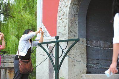 """北大重新粉刷""""高考许愿墙"""" 曾布满游客涂鸦"""