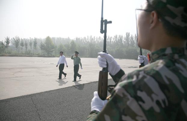 中央美术学院高洪在军训团团长陪同下检阅学生方队