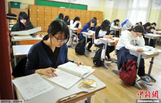 韩国高考气氛紧张场外火爆