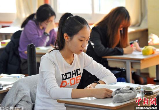 韩国高考气氛紧张场外火爆2
