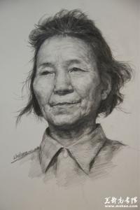 素描女老年头像作画步骤 校考素描高分秘籍