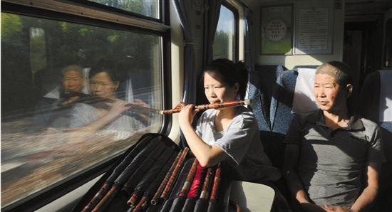 """父亲做""""全陪爸爸""""圆女儿艺术梦 200张火车票满载父爱"""