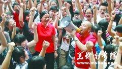 班主任集体穿红T恤:同学们,祝你们好运